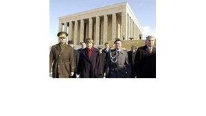 Vor dem Mausoleum des türkischen Staatsgründers Atatürk, Foto: AP