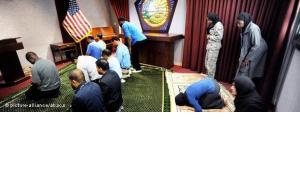 Muslimische Pentagon-Angestellte beten im Pentagon in Arlington, 2010; Foto:© picture alliance/abaca