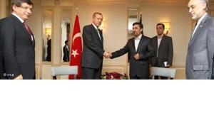 Türkischer Ministerpräsident Erdogan schüttelt Ahmadinejad die Hand; Foto: IRNA