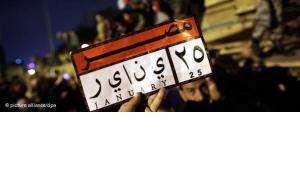Demonstrant hält Schild mit Hinweis auf den Beginn der ägyptischen Revolution vom 25. Januar; Foto: dpa