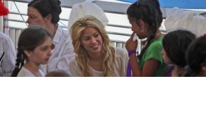 Sängerin Shakira während eines Besuchs einer Schule in Jerusalem; Foto: AP