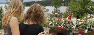 Zwei Frauen trauern um die Opfer des Massenmordes in Norwegen; Foto: dapd
