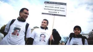Mit Fotos der Opfer der NSU-Terrorzelle auf den T-Shirts demonstrieren am 04.11.2012 in Berlin Bürger gegen Rassismus. Ein Jahr nach dem Auffliegen der rechtsextremen Terrorzelle NSU haben sich in der Hauptstadt mehrere hundert Menschen für eine Demonstration gegen Rassismus versammelt; Foto: Kay Nietfeld/dpa