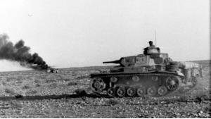 Panzer der Wehrmacht  bei Fahrt durch die Wüste während des deutschen Nordafrikafeldzuges; Foto: Bundesarchiv, Bild 101I-783-0150-28 / Valtingojer / CC-BY-SA