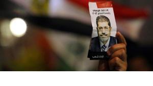 Ägypter hält Wahlflyer Mohamed Mursis in der Hand; Foto: Reuters