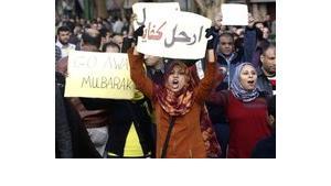 Ägyptische Demonstranten fordern auf Plakaten den Rücktritt Mubaraks; Foto: dpa