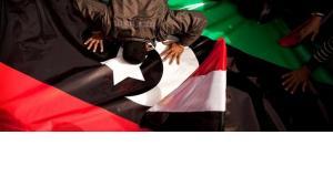Ägyptischer Demonstrant auf dem Tahrir-Platz in Kairo küsst aus Solidarität mit den libyschen Aufständischen die royalistische Fahne des Maghreblandes; Foto: AP