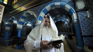 Rabbi Maimoun liest die Torah in der Ghriba-Synagoge in Djerba; Foto: AFP/Getty Images