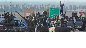 Libysche Rebellen vor Sirte; Foto: dapd