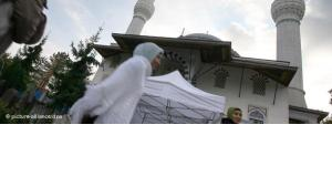 Junge muslimische Frauen vor der Sehitlik-Moschee in Berlin; Foto: dpa