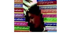 Frau liest arabische Literatur; Foto: dpa