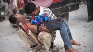 Ein Vater hält seinen von syrischen Truppen erschossenen Sohn in den Armen; Foto: AP