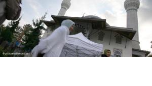 Muslime passieren die Sehitlik Moschee in Berlin; Foto: dpa