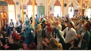 Singende und tanzende Teilnehmer auf dem 13. Sufi-Soul-Festival; Foto: Marian Brehmer