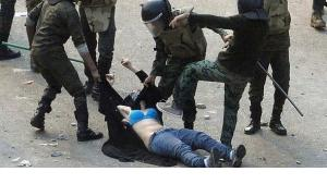Brutale Polizeigewalt gegen eine friedliche Demonstrantin in Kairo; Foto: Reuters