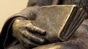 Statue mit Buch; Foto: bilderbox