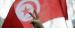 Tunesische Flagge und Victory-Zeichen; Foto: dpa