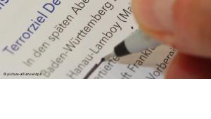 Journalistin liest Verfassungsschutzbericht; Foto: dpa