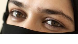 Frau mit Kopf- und Gesichtsschleier; Foto: dpa