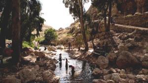 Israelische Touristen im Wadi Qelt; Foto: Oded Balilty/AP/dapd