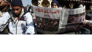 Junger Ägypter liest Al-Ahram einen Tag nach dem Sturz Mubaraks; Foto: AP