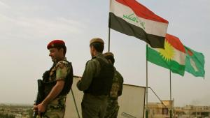 Grenzposten, irakische und kurdische Flaggen in Bashiqa; Foto: DW/K. Zurutuza