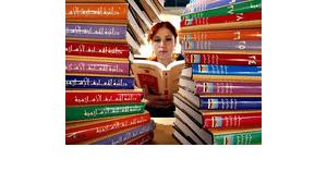 Frau liest arabische Literatur auf Londoner Buchmesse; Foto: AP