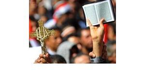 Demonstranten zeigen das christliche Kreuz und den Koran, das heilige Buch der Muslime, Tahrir-Platz Kairo; Foto: UPI/Homammed Hosam