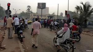 Am 22. März 2012 entfachten Unteroffiziere eine Meuterei gegen den Präsidenten Malis, Amadou Toumani Touré, da sie unzufrieden mit der Ausstattung der Armee im Kampf gegen die Tuareg-Aufständischen waren. Nicht nur die Bewohner der Hauptstadt Bamako traf diese Nachricht völlig unvorbereitet. Vor allem aufgrund des fehlenden Widerstands der Regierung rissen die Soldaten um Amadou Sanogo in der Folge die Macht an sich.