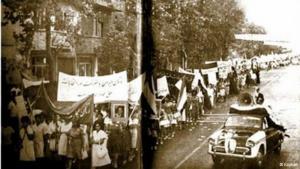 """1963 erhielten die iranischen Frauen das Wahlrecht im Zuge eines allgemeinen Reformprogramms Schah Mohammed Reza Pahlawis, der das Land modernisieren wollte. Das Frauenwahlrecht wurde Ende Januar durch ein nationales Referendum beschlossen. Die Mehrheit der Iraner stand zunächst hinter den Reform-Plänen, die Teil der sogenannten """"Weißen Revolution"""" waren."""