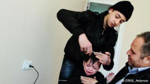 Ein karger Raum mit einer Steckdose, um ein Rasiergerät anzuschließen, reicht dem 13-jährigen Ahmed völlig aus, um ein eigenes Rasiergeschäft zu gründen. Er ist einer von tausend Syrern, die in der türkischen Grenzstadt Reyhanli leben. Dort halten sich gegenwärtig rund 62.000 Menschen auf, wegen des anhaltenden Zustroms syrischer Flüchtlinge werden es bald noch mehr Einwohner sein. Viele syrische Neuankömmlinge eröffnen kleine Läden, die oft nur ein Abbild dessen sind, was sie zuhause hatten.
