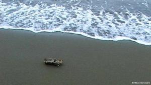 """In Abbas Kiarostamis minimalistischem Film """"Five"""" aus dem Jahr 2003 ist in einer Szene ein Holzstück am Strand zu erkennen, das vom Salzwasser zermürbt allmählich in zwei Teile zerfällt."""