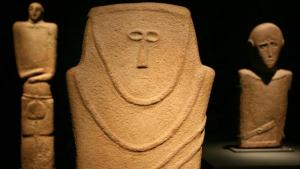 """Die Ausstellung """"Roads of Arabia"""" im Berliner Pergamonmuseum zeigt, dass Saudi-Arabien nicht allein reich an Öl, sondern auch an Kunstschätzen ist. Die frühesten Beispiele stammen aus dem 4. Jahrtausend v. Chr. Aus dieser Zeit sind in der Ausstellung Büsten und Figuren mit eindeutig menschlichen Merkmalen zu sehen. Sie wirken überraschend modern; Foto:dpa"""