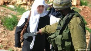 """...Es kamen zwei Frauen aus Balata [Flüchtlingscamp bei Nablus]. Über das Lager war gerade eine Ausgangssperre verhängt. Ich fragte also den Zugführer über Funk, was ich mit ihnen tun sollte und er antwortete, ich solle sie vier Stunden zusammen mit dem Taxifahrer, der sie gebracht hat, an der Sperre 'schmoren' lassen."""""""