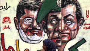 Drei Gesichter für die Restauration der alten Mächte in Ägypten: Präsident Mursi hinter dem doppelten Gesicht Mubaraks und Tantawis; Foto: Reuters