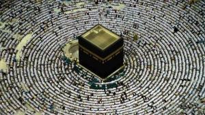 """Mekka ist das Ziel aller Muslime. Denn hier steht die Kaaba, die die Muslime als """"Haus Gottes"""" verehren. Der würfelförmige Bau befindet sich im Inneren der großen Moschee in Mekka und ist mit einem schwarzen Vorhang verhüllt. Siebenmal wird die Kaaba von den Pilgern umschritten."""