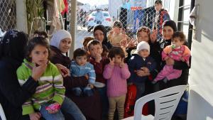 Syrische Frauen und kleine Kinder verbringen ihre Nachmittage gemeinsam im türkischen Flüchtlingslager in Kilis. Kinder unter elf Jahren gehen morgens in die Schule, ihre älteren Geschwister am Nachmittag. Nach dem Mittagessen spielen die Jüngeren oder helfen ihren Großeltern. Sie hoffen, irgendwann nach Syrien zurückkehren und dort die gewohnte Ganztagsschule wieder aufnehmen zu können.