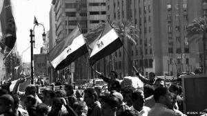 2011 strömten die Ägypter auf den Tahrir-Platz in Kairo, um gegen das Mubarak-Regime zu protestieren, das wenige Wochen später am Ende war. Der Amtsantritt von Mohammed Mursi, dem ersten frei gewählten Präsidenten, weckte die Hoffnung auf einem Neubeginn. Doch jetzt, genau ein Jahr später, wird wieder auf dem Tahrir-Platz demonstriert: diesmal gegen Mursi und die regierende Muslimbruderschaft.