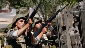 Libanesische Soldaten im Kampf mit Anhängern des radikalen Scheichs Ahmed al-Asir bei Abra; Foto: Reuters