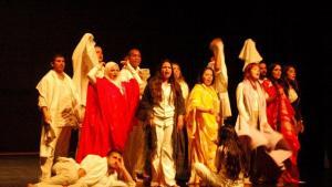 Aus 14 mach' eins: Deutsche und marokkanische Darsteller verkörpern gemeinsam den weisen Narren Moha; Foto: © Laura Overmeyer
