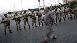 Einheiten der Armee sperren eine Verkehrsstraße in Kairo ab; Foto: dpa
