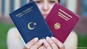 Die Studentin Merve Gül zeigt einen türkischen Pass (links) und einen deutschen Reisepass (rechts); Foto: Daniel Bockwoldt/dpa