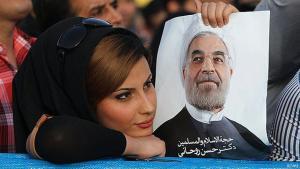 Iranerin hält Bild Rohanis in Teheran; Foto: FARS