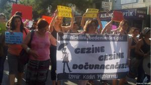 Türkische Schwangere protestieren in Izmir mit Transparenten gegen die Regierung Erdoğan, Foto: Meryem Gülbudak