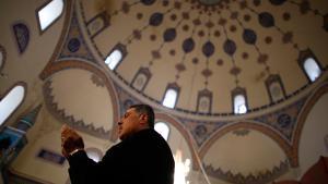 Ein bulgarischer Muslim betet in einer Moschee in Sofia; Foto: © Reuters