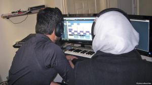 Zwei Mitarbeiter eines syrischen Untergrund-Radiosenders sitzen am Computer; Foto: Anne-Beatrice Clasmann dpapixel