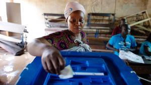 Eine Wählerin gibt während der zweiten Runde der Präsidentschaftswahlen am 11. August 2013 ihre Stimme in Bamako ab; Foto: © Reuters