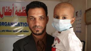 Ein Mann hält sein leukämiekrankes Kind auf dem Arm, Basra; Foto: DW/K. Zurutuza