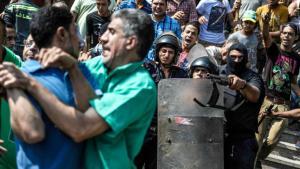 Ägyptische Sicherheitskräfte bei der Festnahme von Anhängern der Muslimbrüder vor der Al-Fath-Moschee in Kairo, 17. August 2013; Foto: picture alliance/Zumapress