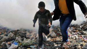 Ein Junge wird in Aleppo am 24. März 2013 vor einer Gaswolke in Sicherheit gebracht; Foto: Bulent Kilic/AFP/Getty Images